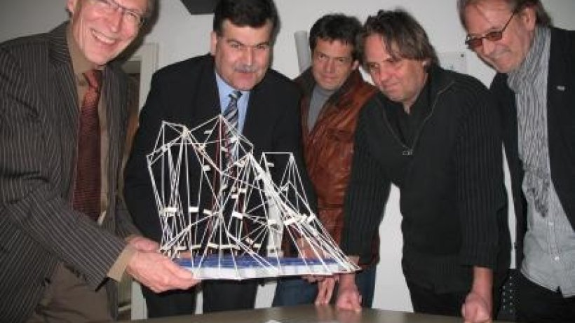 eisberg skulptur kommt in den sternberger teich. Black Bedroom Furniture Sets. Home Design Ideas
